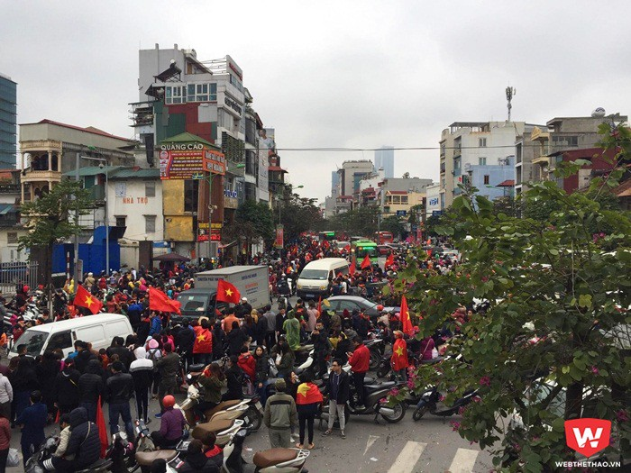 NHM đứng hai bên đường chờ đón thầy trò ông Park Hang Seo trên đoạn đường Kim Mã. Ảnh: Tú Nguyễn.