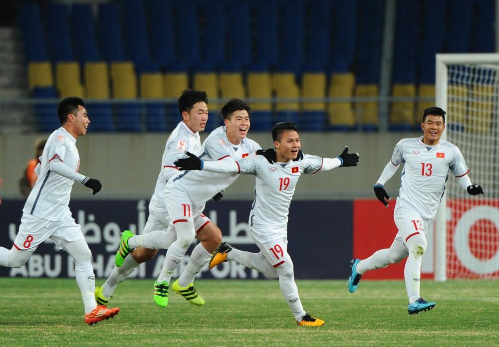 Quang Hải và đồng đội ăn mừng sung sướng sau tuyệt phẩm vào lưới U23 Hàn Quốc. Ảnh: AFC.