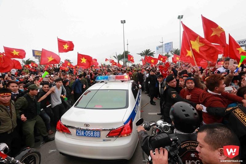 việtTrước đó cả tiếng đồng hồ, cả ngàn người kéo nhau lên sân bay để chờ U23 Việt Nam. Lực lượng an ninh cũng làm việc rất vất vả để dọn đường cho xe diễu hành của U23 Việt Nam. Ảnh: Hải Đăng.