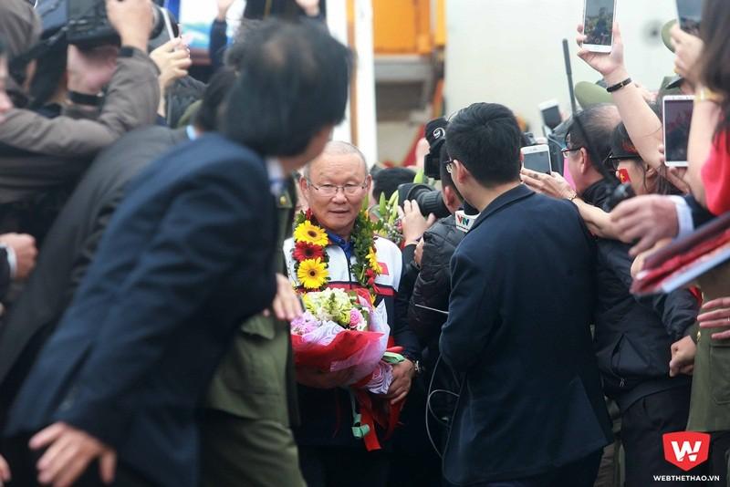Thành công với U23 Việt Nam khiến HLV Park được cả Tổng thống Hàn Quốc ca ngợi. Chiến lược gia người Hàn được chào đón nồng nhiệt. Ảnh: Hải Đăng.