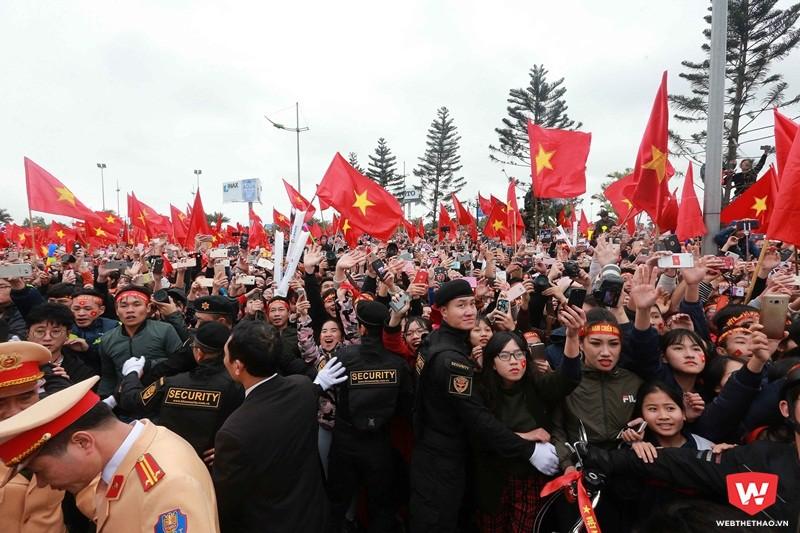 Hàng chục ngàn người đứng đợi từ sân bay Nội Bài cho đến các tuyến phố mà xe diễu hành sẽ đi qua để chia vui cùng các tuyển thủ. Ảnh: Hải Đăng.