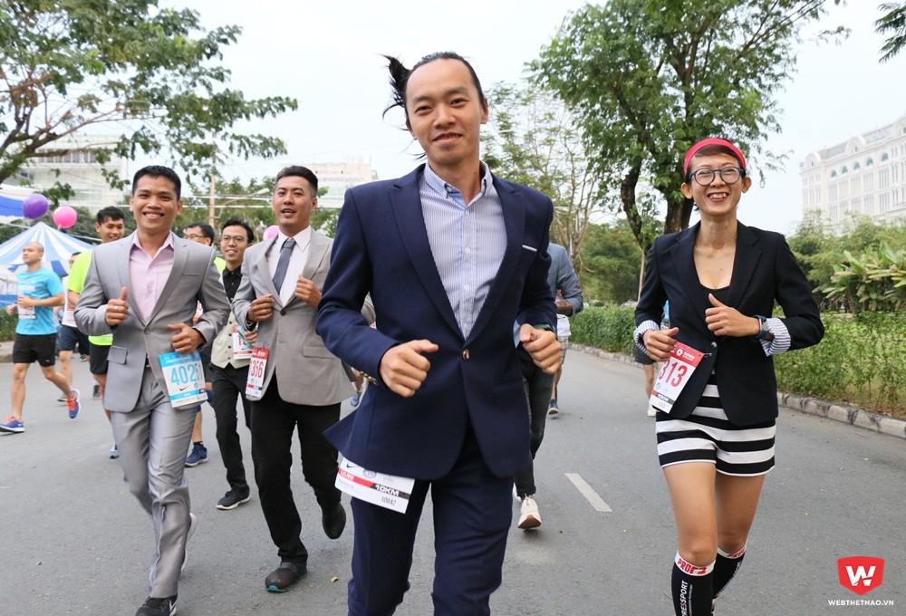 Đội hình ''run in suite'' xuất phát, cosplay in suite theo thành viên Minh Nguyễn là lần đầu xuất hiện tại HCMC Marathon 2018 by Taiwan Excellence. Ảnh: Quang Thịnh.