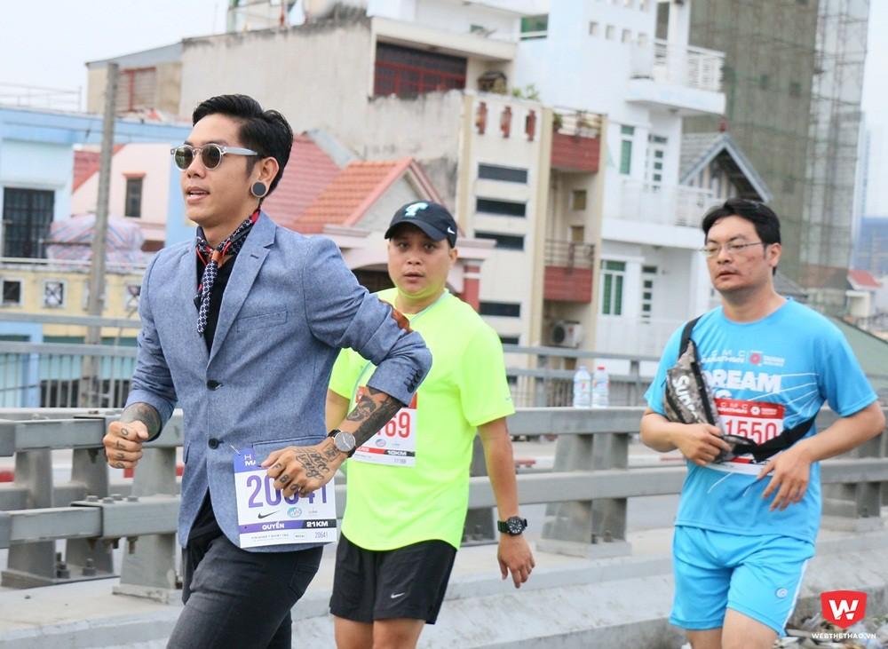 Mặc dù không coi trọng thành tích nhưng các thành viên ''run in suite'' cũng nỗ lực hoàn thành hết cự ly 10Km theo quy định. Ảnh: Quang Thịnh.