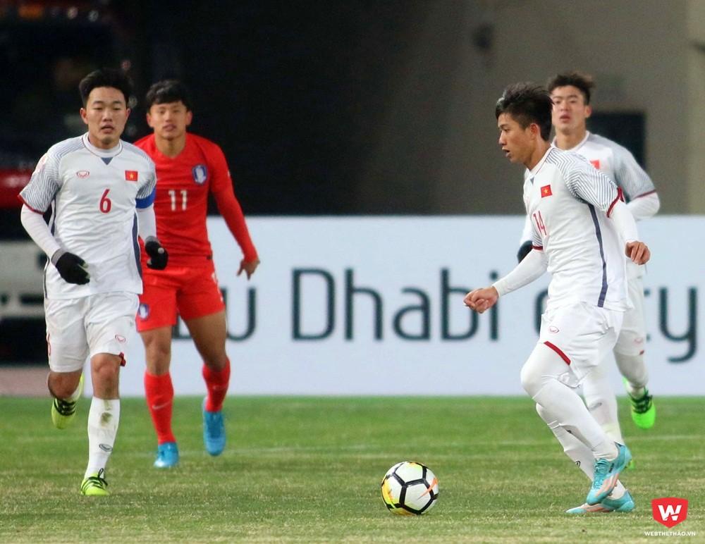 Tiền vệ Phan Văn Đức, người đang cầm bóng lần đầu tiên ra sân ở đấu trường VCK U23 châu Á 2018. Ảnh: Anh Khoa.