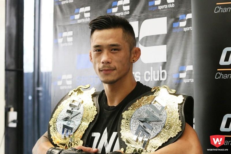 Martin Nguyễn mang hai đai vô địch hạng lông và hạng nhẹ về Việt Nam để quyết tâm lấy thêm đai hạng gà. Ảnh: Quang Thịnh.