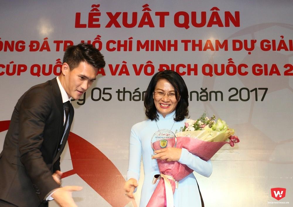 Phó chủ tịch UBND TP. HCM Nguyễn Thị Thu và quyền chủ tịch Lê Công Vinh tại Lễ xuất quân mùa giải 2016. Ảnh: Quang Thịnh.