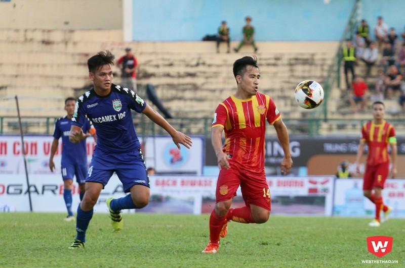 Hồ Tấn Tài (áo xanh) trong màu áo CLB Bình Dương ở V.League. Ảnh: Quang Thịnh.