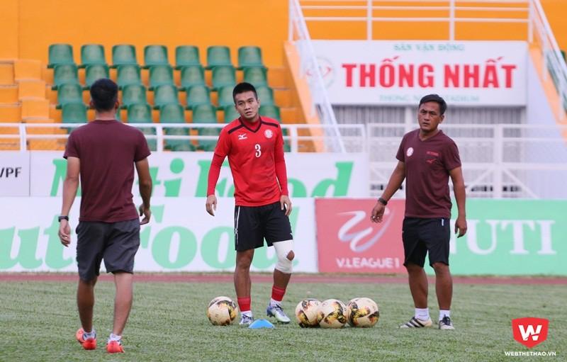 Ngọc Thịnh (áo đỏ) trước bài test cuối cùng vào chiều ngày 21 để chuẩn bị cho trận derby quan trọng với ông thầy Miura. Ảnh: Quang Thịnh.