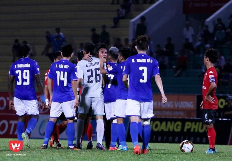 Cầu thủ hai đội lao vào nhau vì hành động không fair-play của các cầu thủ áo đỏ. Ảnh: Quang Thịnh.