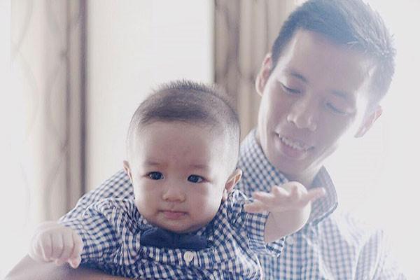 Văn Quyết mới cưới năm 2015 và đang có một con trai nhỏ, cũng như nhiều cầu thủ Việt khác sau khi có gia đình, thật khó để quyết định ra nước ngoài thi đấu. Ảnh: