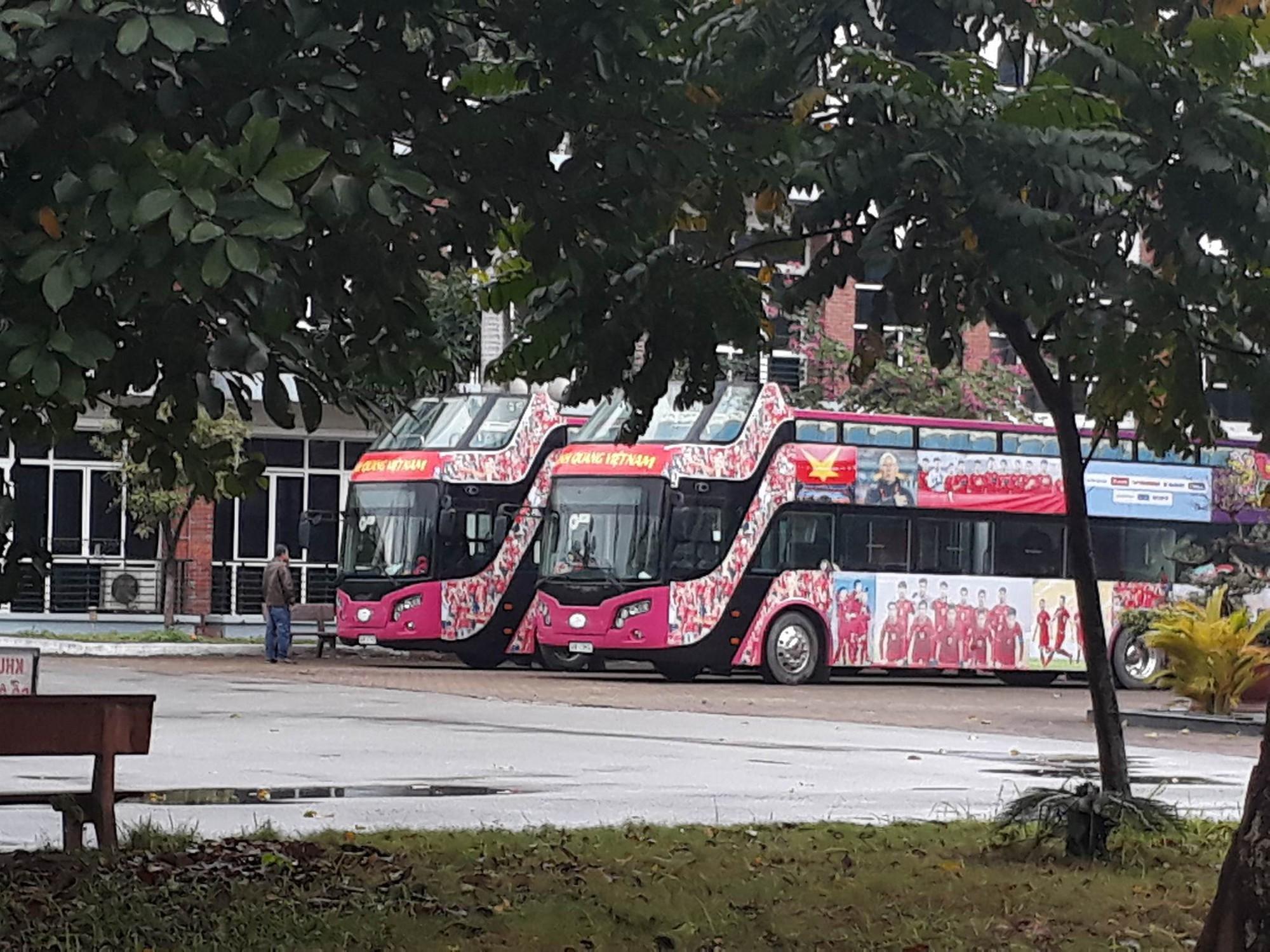 Hai chiếc xe buýt hai tầng mui trần tại trụ sở VFF. Ảnh: CAND.