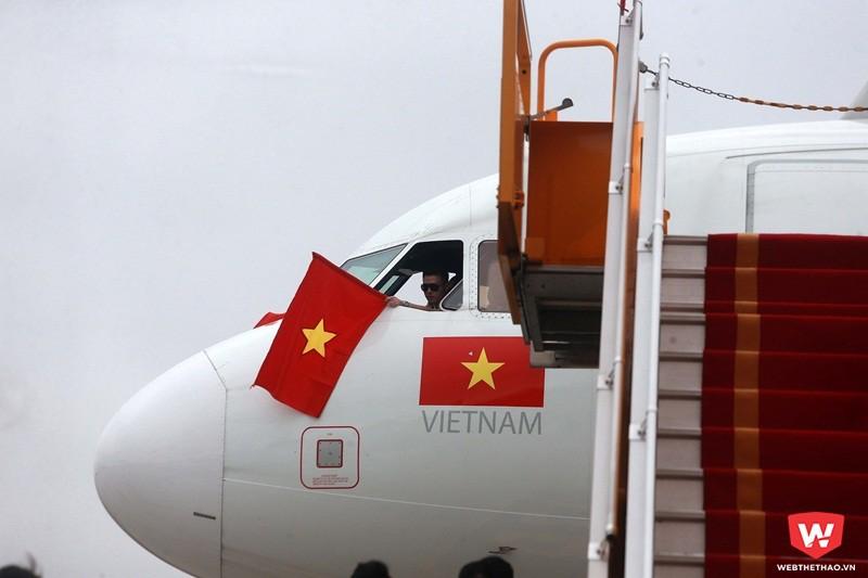 Lúc 13h20 phút tại sân bay Nội Bài, chuyên cơ dân dụng dùng để chở U23 Việt Nam từ Thường Châu về Hà Nội đã đáp trong sự mong mỏi của hàng triệu người dân mê bóng đá. Ảnh: Hải Đăng.