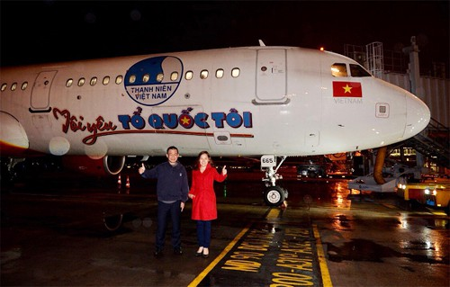 Chuyên cơ của hãng Vietjet Air được sơn thêm dòng chữ ''Tôi yêu tổ quốc'' sẽ đưa toàn đội U23 Việt Nam về nước. Ảnh: VNE.