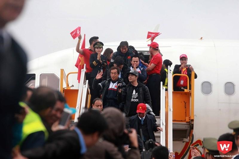 HLV Park Hang Seo, người hùng đằng sau chiến tích của U23 Việt Nam bước ra khỏi máy bay đầu tiên trong sự chào đón của quan chức thể thao Việt Nam. Ảnh: Hải Đăng.