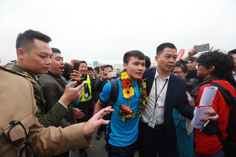 Quang Hải cũng xuất hiện trong vòng vây rất đông người hâm mộ trong sân bay, chủ yếu nhà nhân viên đang làm việc tại đây. Ảnh: Hải Đăng.