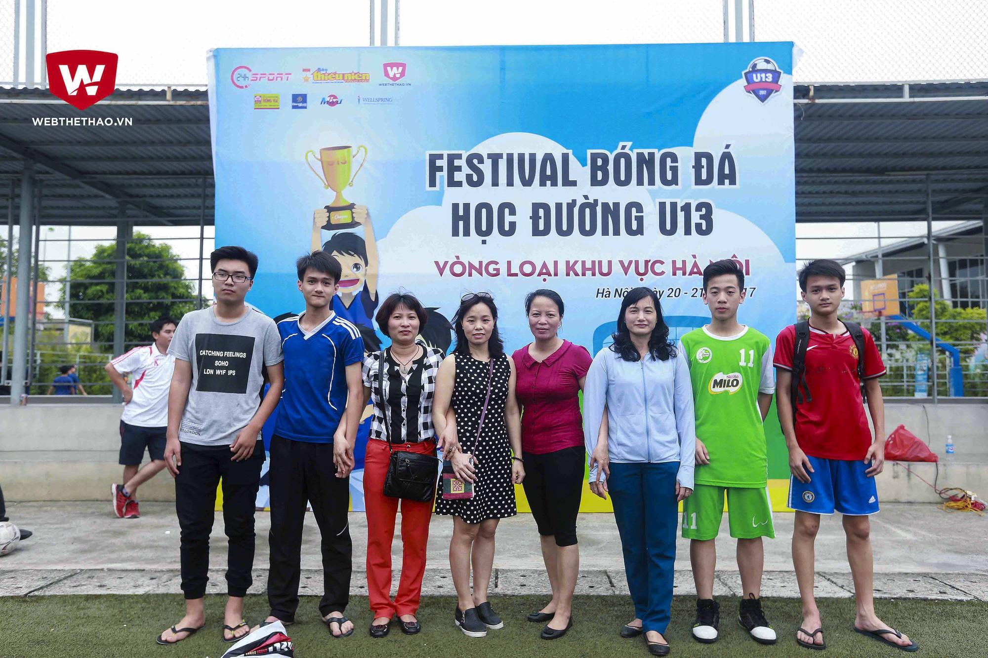 Dù không có con em mình thi đấu nhưng nhóm các phụ huynh của trường THCS Ngọc Lâm vẫn đồng hành, không bỏ sót trận nào của Festival bóng đá học đường U13 năm 2017. Ảnh Hải Đăng
