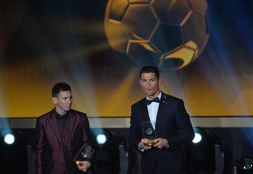 Messi bắt đầu năm 2015 không hề dễ chịu khi phải chứng kiến đối thủ Cristiano Ronaldo giành Quả bóng vàng. Còn tại Argentina, Messi cũng nhận phải nhiều chỉ trích vì thành tích yếu kém ở ĐTQG