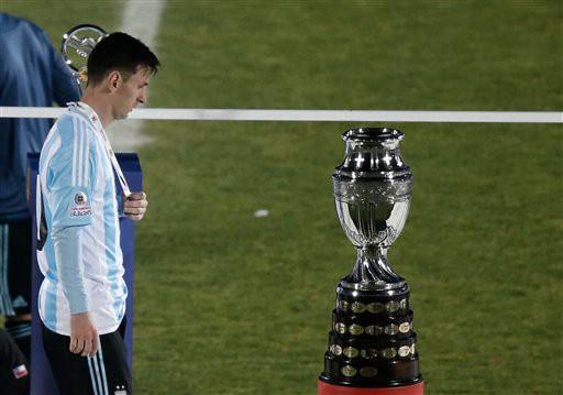 Tuy nhiên, khi trở về khoác áo ĐTQG, Messi lại không thể đưa Argentina lên ngôi tại Copa America