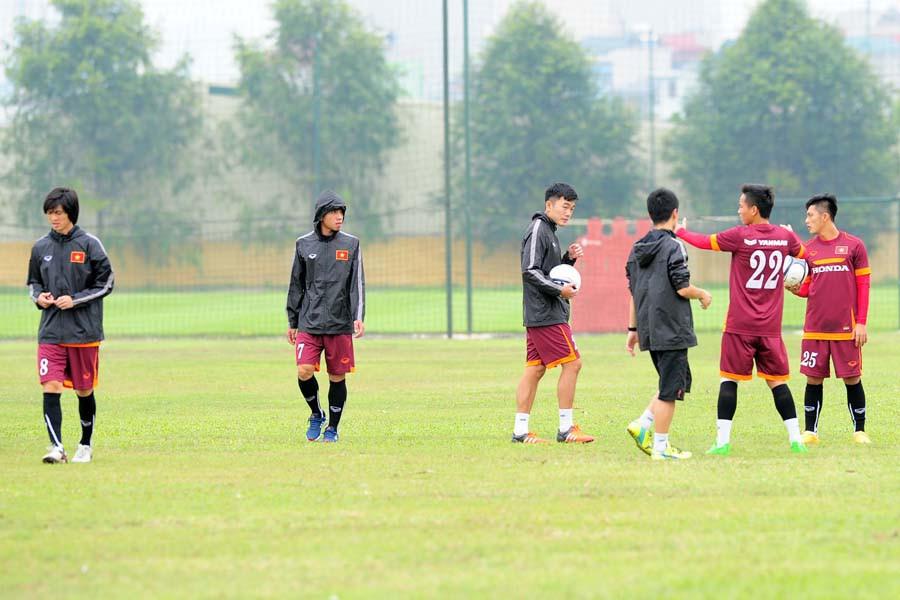 Trong buổi tập sáng nay của U.23 Việt Nam, bộ 3 HAGL gồm Hồng Duy, Xuân Trường, Tuấn Anh đã phải tham gia tập riêng cùng chuyên gia thể lực Shinichi Kubo