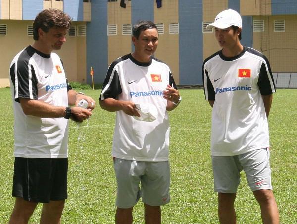 Phạm Trường Minh khi còn cộng tác với HLV Falko Goetze và HLV Mai Đức Chung tại ĐTVN