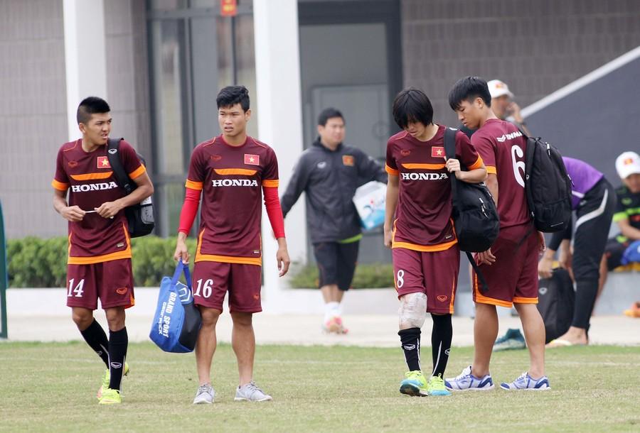 Các đồng đội cũng tỏ ra lo lắng với chấn thương của Tuấn Anh