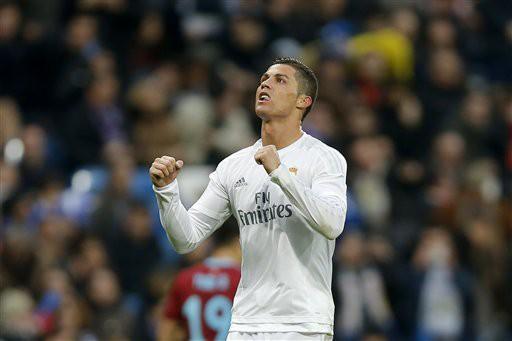Ronaldo tỏa sáng với một cú đúp