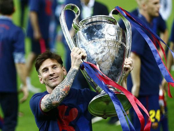 Messi nâng cao danh hiệu Champions League sau khi Barca của anh đánh bại Juventus trong trận chung kết với tỷ số 3-1.
