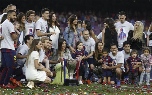 Đội hình WAGs của Barcelona chia sẻ chức vô địch cùng các đấng phu quân của mình