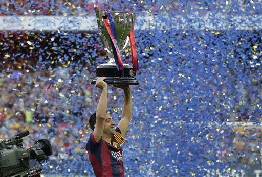 Xavi Hernandez với chiếc cúp cuối cùng trong màu áo Barcelona, trước khi sang Qatar
