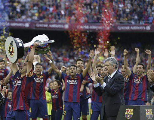 Sau những phút bi lụy, là màn ăn mừng chiến quả đầu tiên của mùa bóng 2014/2015 - chức vô địch La Liga