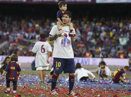 Lionel Messi cùng cậu con trai Thiago tận hưởng giây phút đăng quang
