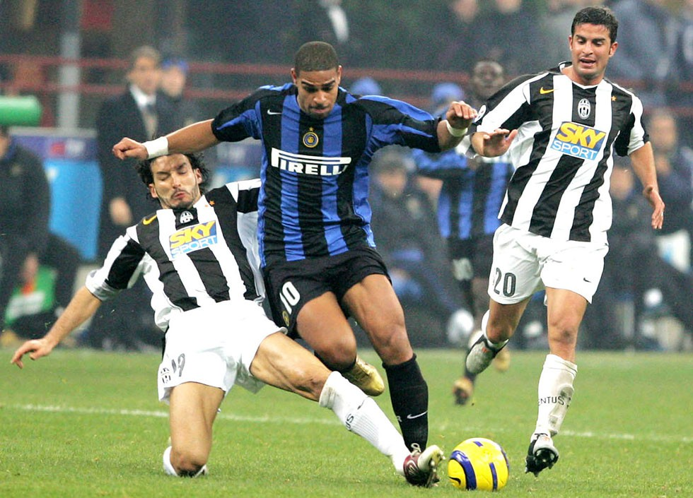 MILAN, ITALY - NOVEMBER 28:  Leite Adriano # 10 of Inter Milan fights for the ball with Gianluca Zambrotta #19 of Juventus on November 28, 2004 in Milan, Italy. (Photo by New Press/Getty Images)