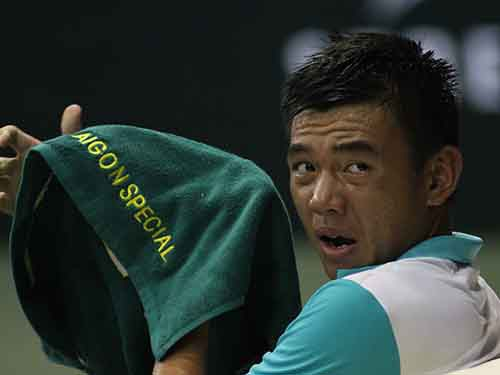"""Chuyện chỉ có ở ATP Challenger VietNam Open 2015: Trọng tài lau sàn & """"khách không mời"""""""