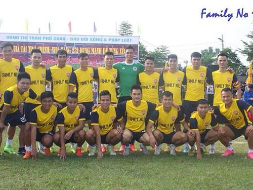 Công Phượng về quê đá bóng làm từ thiện