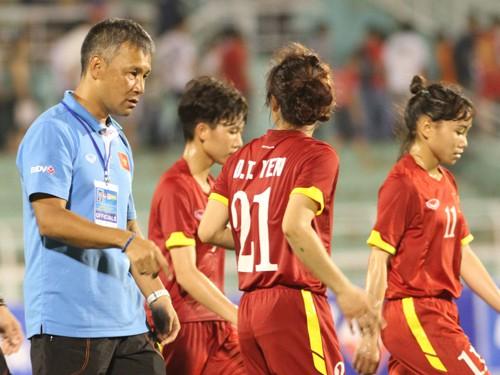 """Tiếp bài """"Phía sau kỳ tích của ĐT nữ Việt Nam"""": Vì sao HLV Takashi bị cầu thủ """"bật""""?"""