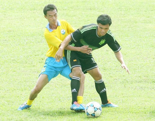 Pha tranh bóng giữa Quang Long với Phan Văn Tài Em.