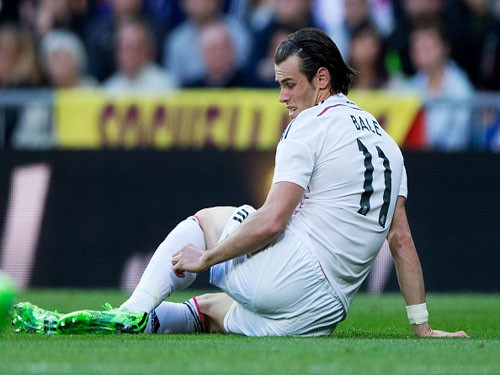 MADRID, SPAIN - APRIL 18:  Gareth Bale (R) of Real Madrid CF touches his leg before being relevated during the La Liga match between Real Madrid CF and Malaga CF at Estadio Santiago Bernabeu on April 18, 2015 in Madrid, Spain.  (Photo by Gonzalo Arroyo Moreno/Getty Images)