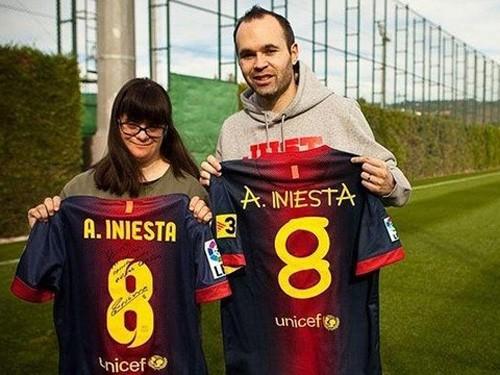 Iniesta bán áo đấu ủng hộ dân tị nạn