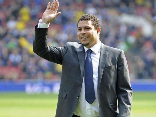 "Ronaldo ""béo""... xiết nợ Corinthians"