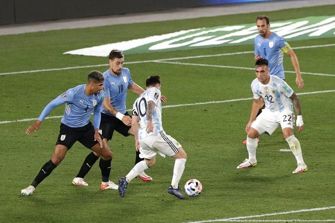 """Messi gây choáng váng khi """"đánh lừa"""" 7 cầu thủ Uruguay"""