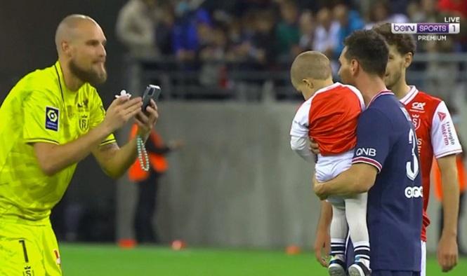 Messi chụp ảnh với con trai của thủ môn đối phương
