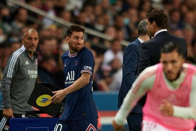 Messi hậm hực từ chối bắt tay HLV PSG sau khi bị thay ra