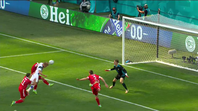 Tiền đạo Phần Lan mất bàn thắng tại EURO 2021 vì... một cái đầu