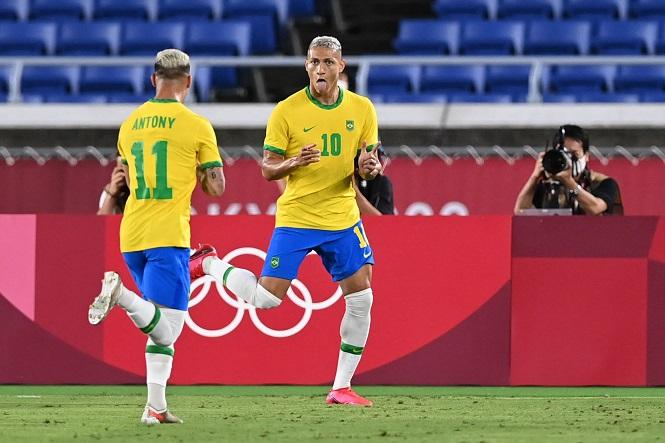 Richarlison lập hat-trick tại Olympic với áo số 10 của Brazil