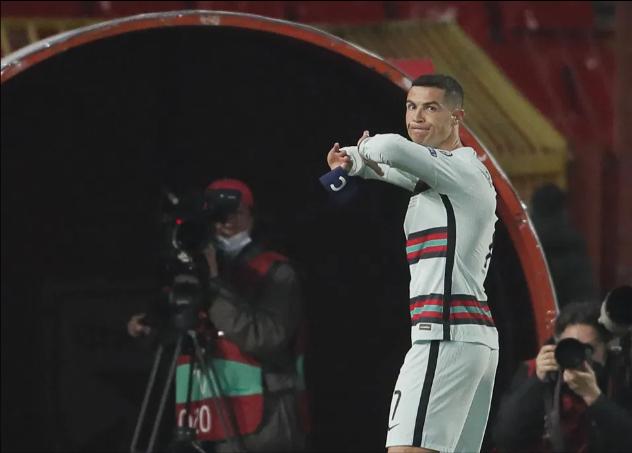 """Ronaldo ném băng đội trưởng bị chỉ trích """"không thể chấp nhận"""""""